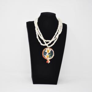 Collier in perle e tamburello dipinto a olio