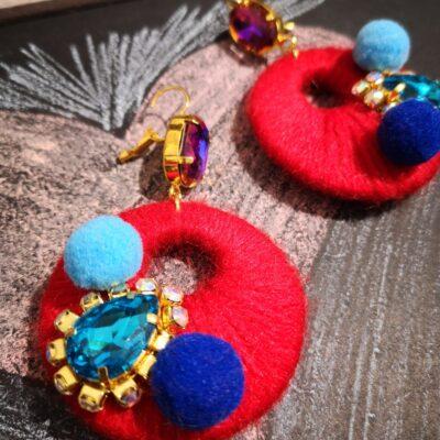 Orecchini in legno con cotone colorato – rosso