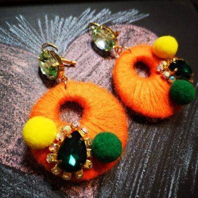 Orecchini in legno con cotone colorato – arancio