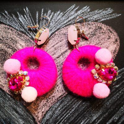 Orecchini in legno con cotone colorato – rosa