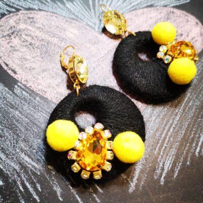 Orecchini in legno con cotone colorato – nero