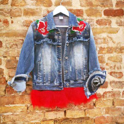 Giubotto jeans con piume di tacchino e adesivi cuciti a mano