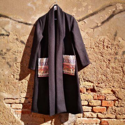 Cappotto con tasche ricamate Nero
